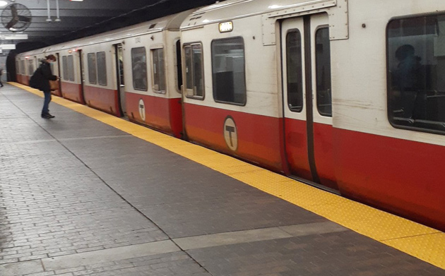 Dead Red Line train at rush hour at Downtown Crossing