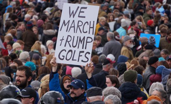 Trump golfs